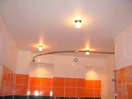 Матовый натяжной потолок в ванной со светильниками