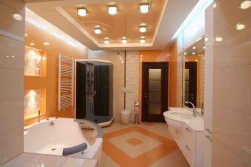 Глянцевое полотно в ванной совмещённой с туалетом