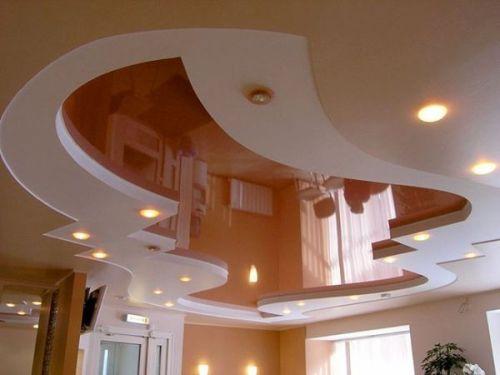 Бесшовный глянцевый двухуровневый потолок