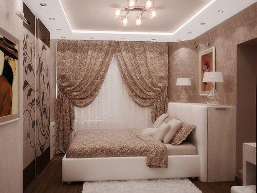 Потолок с подсветкой и люстрой в комнате